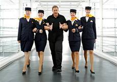 Feature | Oliver Kalkofe umringt von Lufthansa Stewardessen