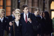 Mia (Sami Gayle) datet den hübschen Aaron (Edward Holcroft).