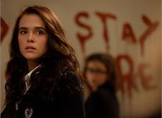 Rose (Zoey Deutch) lässt sich von Drohungen nicht einschüchtern
