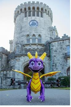Lebensgroße, feuerspeiende, sprechende Spyro-Drohne zur Feier der Veröffentlichung von Spyro Reignited Trilogy